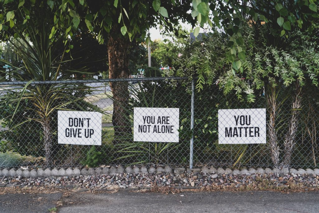 "Schilder mit ""Don't give up"", ""You are not alone"", und ""you matter"""