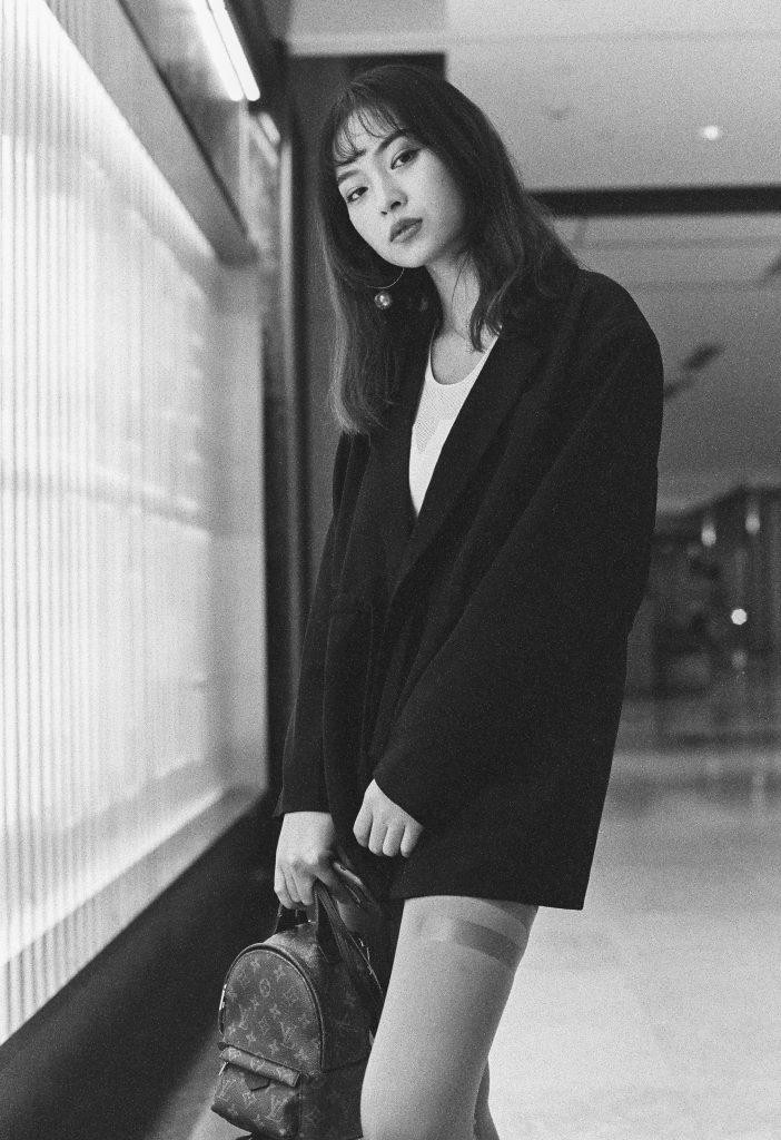 schwarz-weiß Foto einer jungen Frau