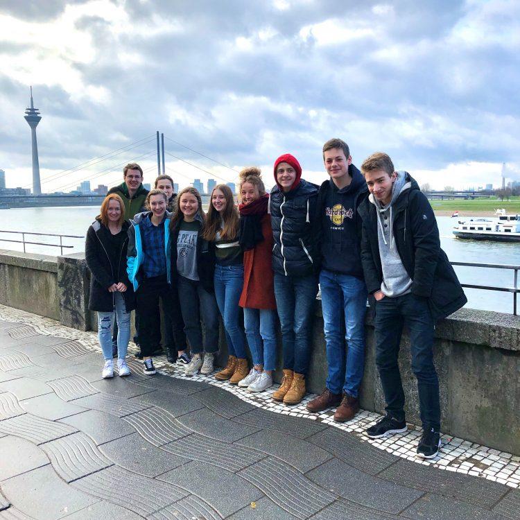 News4U Teilnehmer 2020 Gruppenbild am Rhein vor dem Düsseldorfer Fernsehturm